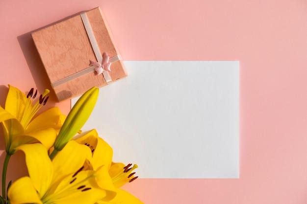 Papier Blanc Ordinaire Avec Des Fleurs De Lys Photo gratuit