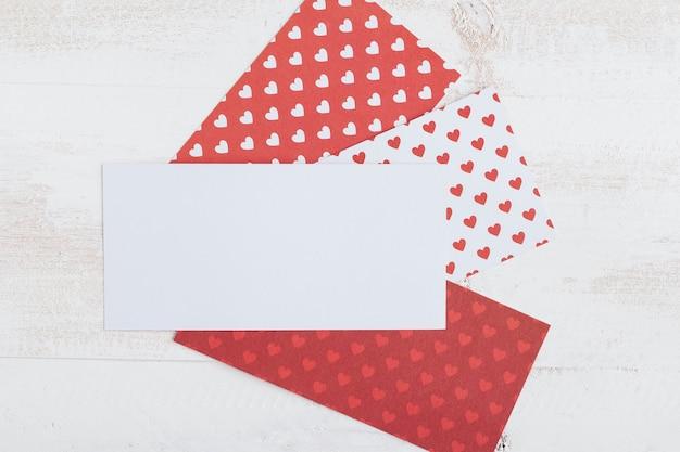 Papier Blanc Avec Papiers à Motif Coeur Photo gratuit