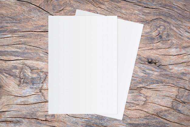 Papier blanc vierge sur fond en bois marron pour la saisie de texte. Photo Premium