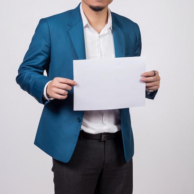 Papier blanc vierge montrant homme d'affaires. Photo Premium
