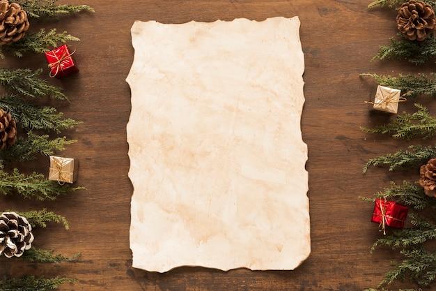 Papier avec des branches vertes sur la table Photo gratuit