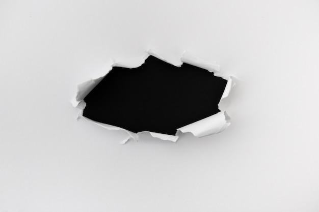 Papier déchiré avec un espace pour le texte sur le fond en cuir noir Photo gratuit