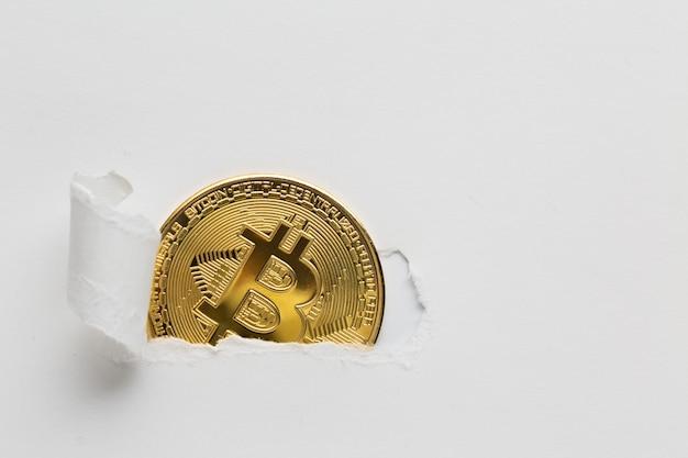 Papier Déchiré Révélant Bitcoin Photo Premium