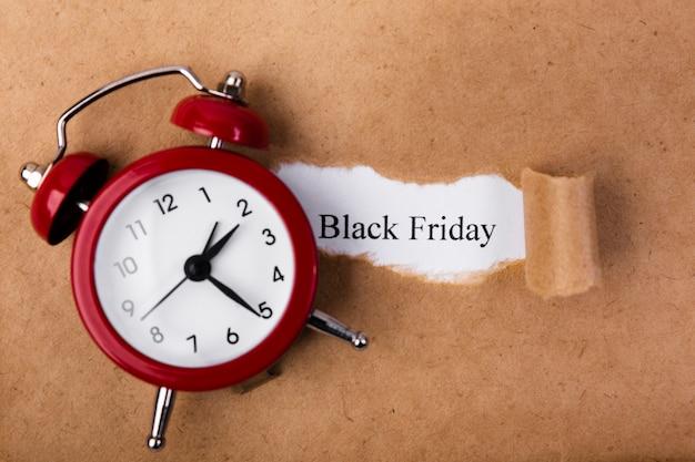 Papier déchiré révélant le texte du vendredi noir Photo gratuit