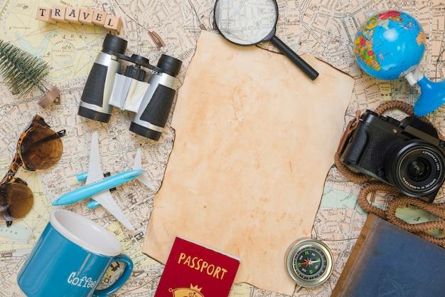 Papier entouré d'éléments de voyage Photo gratuit