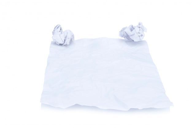 Papier handmadecrumpled et boule de papier isolé sur fond blanc Photo Premium