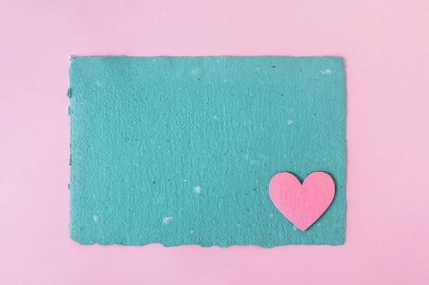 Papier kraft bleu et coeur décoratif Photo gratuit