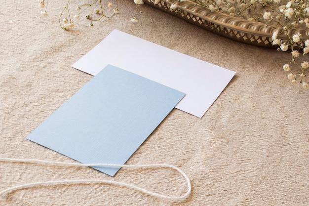 Papier nature morte sur nappe beige Photo gratuit