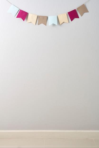 Papier nid d'abeilles pastel coupé sur papier nid d'abeilles pastel coupé en arrière-plan de mur gris clair Photo Premium