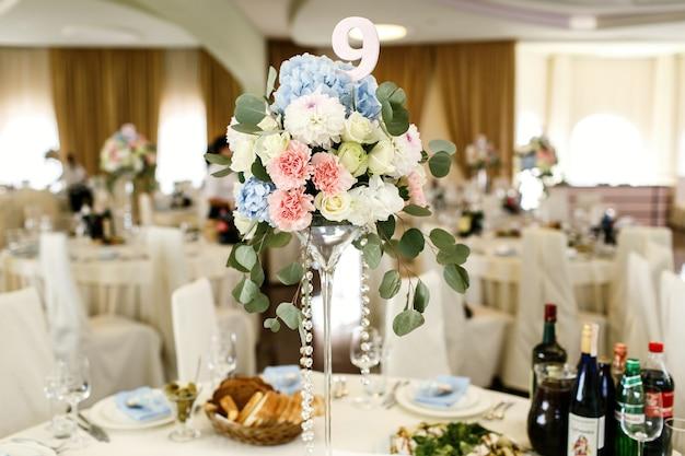 Papier numéro 9 mis dans un bouquet de fleurs roses et bleues Photo gratuit
