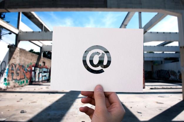 Papier perforé de communication réseau par e-mail à la signature Photo gratuit