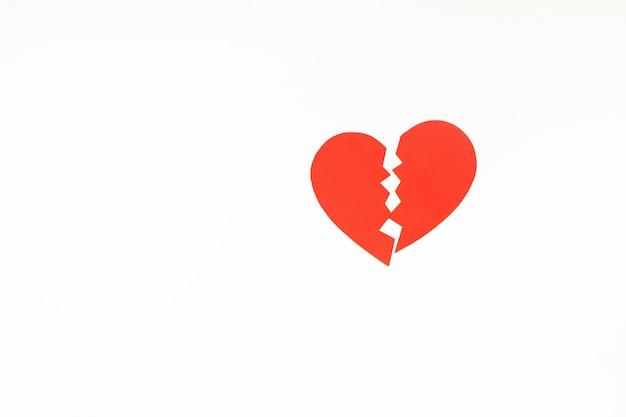 Papier rouge coeur brisé. fond Photo Premium