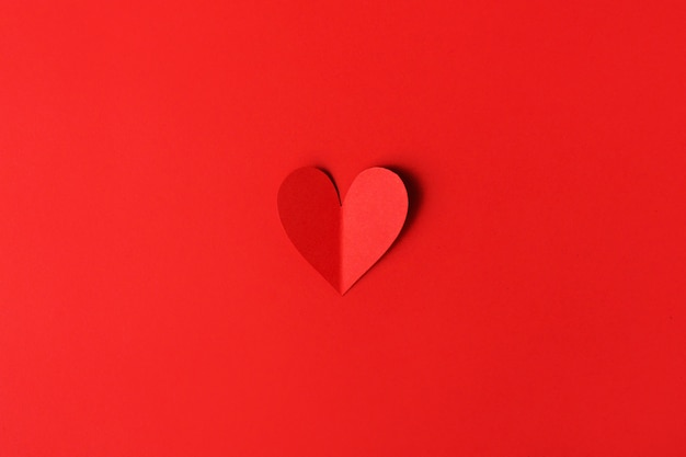 Papier saint valentin coeurs sur rouge Photo gratuit