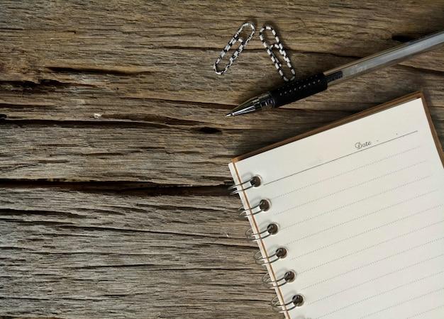 Papier et stylo sur la vieille table en bois Photo Premium
