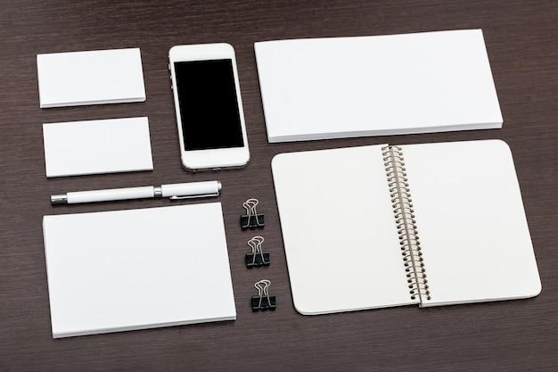 Papier à en-tête et conception d'identité avec smartphone posé à plat Photo Premium