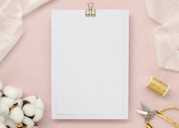 Papier Vide Avec Des Fleurs De Coton Photo gratuit