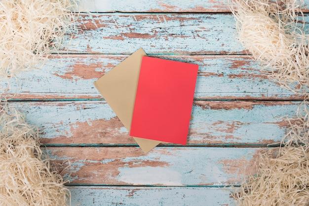 Papiers Vierges Avec Paille Décorative Sur Table Photo gratuit