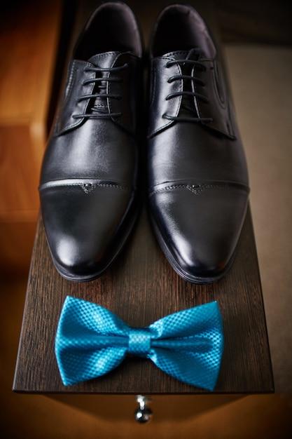 Papillon et chaussures du marié, matin Photo Premium