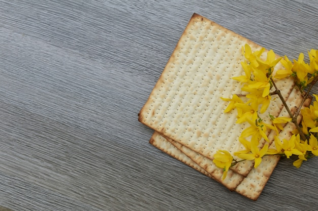 Pâque pâza pâque avec et pain de pâque juif matzoh Photo Premium