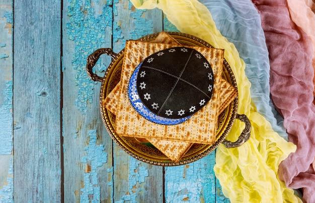 Pâque de vacances juive matzoh pâque sur la vieille table en bois. Photo Premium