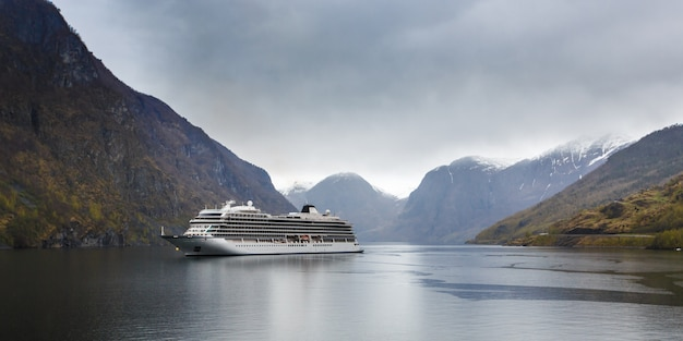 Paquebot dans le fjord Photo Premium