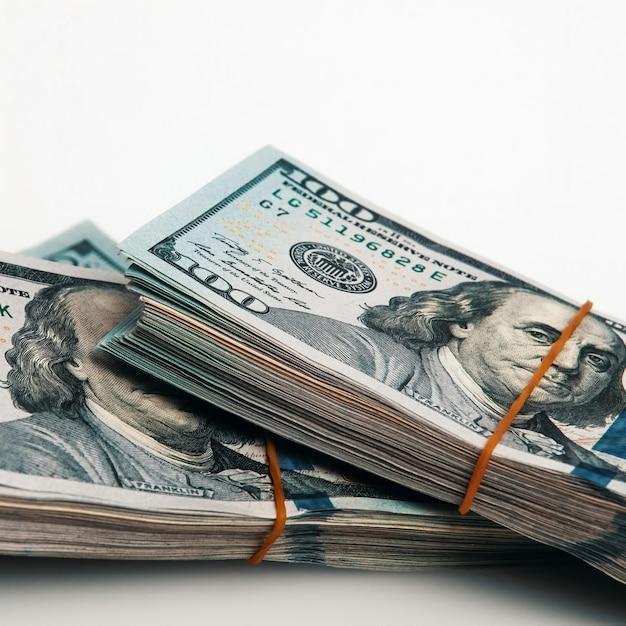 Un Paquet De Billets De Cent Dollars Sur Un Blanc. Isolé Photo Premium