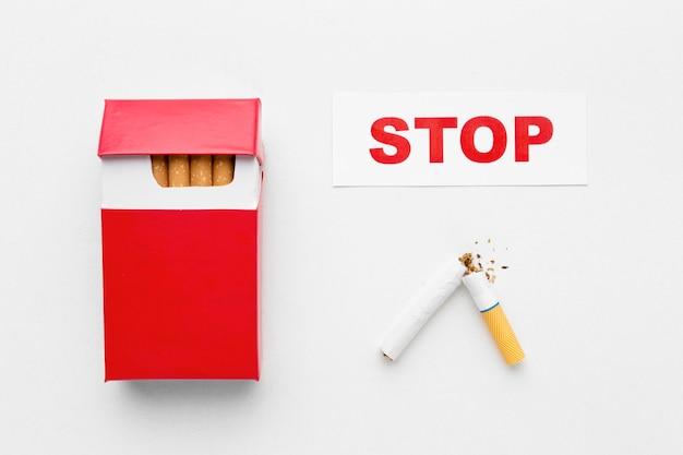 Paquet De Cigarettes Avec Message Arrêter De Fumer Photo gratuit