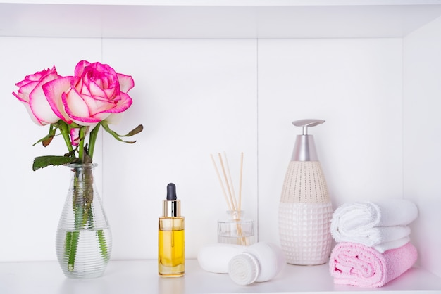 Paramètres de spa avec des roses et divers éléments utilisés dans les traitements de spa pour la saint-valentin romantique Photo Premium