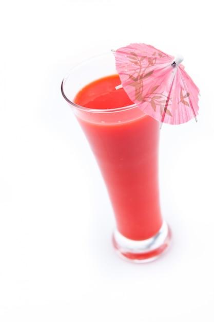 Parapluie cocktail dans un jus de baies Photo Premium