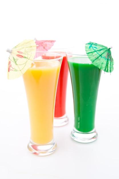 Parapluie cocktail dans trois verres Photo Premium