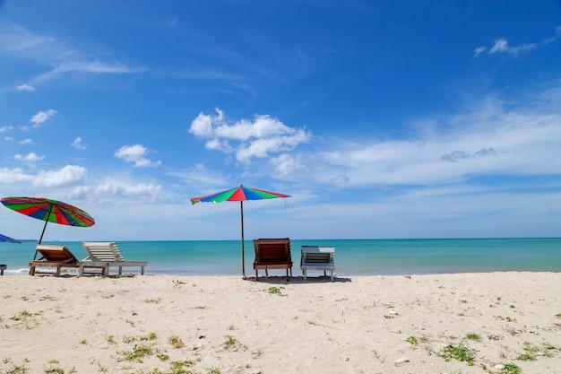 Parapluie coloré sur la plage en saison estivale Photo Premium