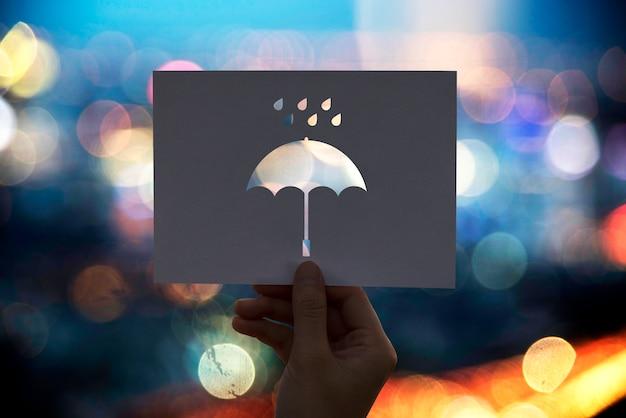 Parapluie de papier perforé saison des pluies Photo gratuit