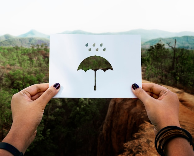 Parapluie en papier perforé de la saison des pluies Photo gratuit