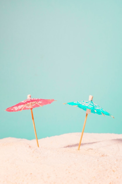 Parapluies cocktail dans le sable Photo gratuit