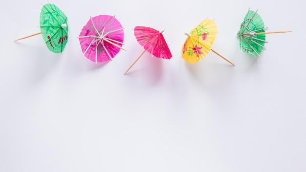 Parapluies cocktail lumineux sur la table Photo gratuit