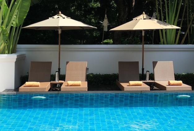 Parasol et piscine Photo Premium