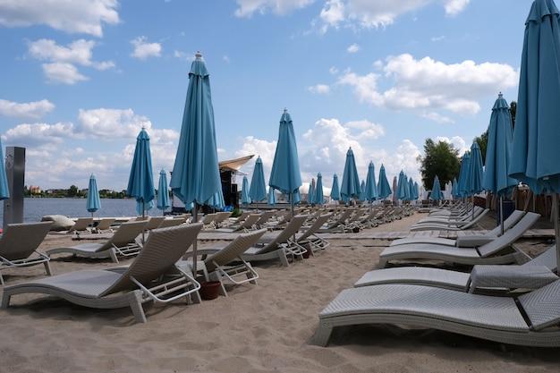 Parasols de plage fixes bleus Photo Premium