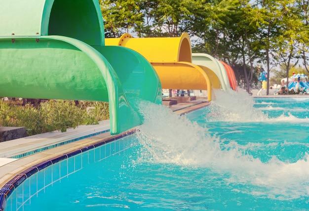 Parc Aquatique Bleu Sur Fond De Ciel Photo Premium