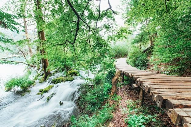 Parc National Des Lacs De Plitvice, Route Touristique Sur Le Parquet Le Long De La Cascade Photo Premium