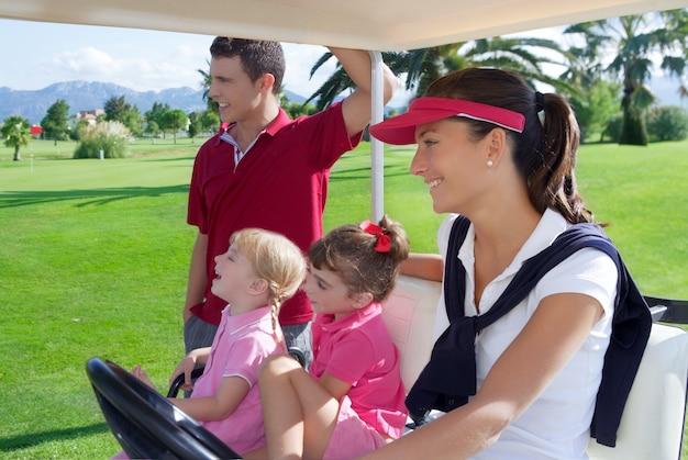 Parcours de golf famille père mère filles buggy Photo Premium