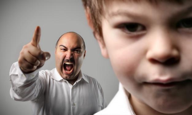 Parent en colère criant avec un enfant Photo Premium