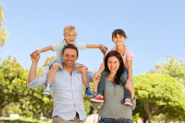 Parents donnant aux enfants un ferroutage Photo Premium