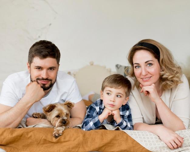 Parents, Enfant, Chien, Séance, Lit Photo gratuit