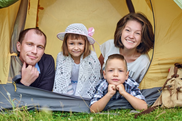 Parents Familiaux Et Deux Enfants Dans Une Tente De Camp. Photo Premium