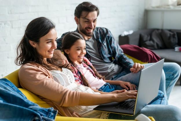 Parents, Fille, Utilisation, Ordinateur Portable Photo gratuit