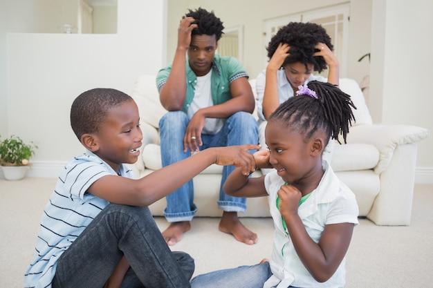 Des parents frustrés qui regardent leurs enfants se battre Photo Premium