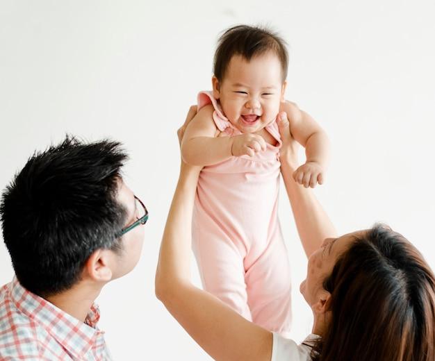 Parents jouant avec leur bébé Photo Premium