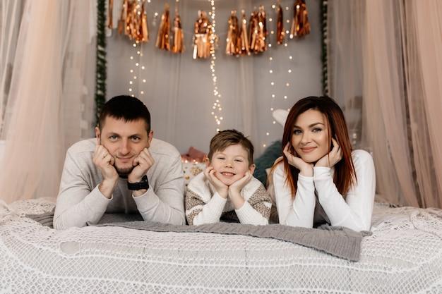 Les parents avec leur fils s'amusent Photo gratuit