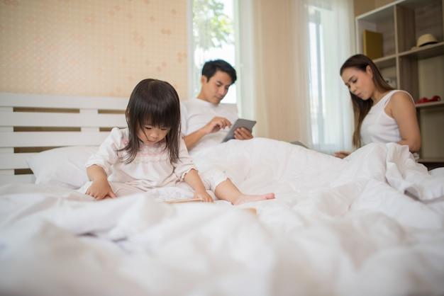 Les parents ne se soucient pas de leurs enfants et les enfants jouent au téléphone tout le temps. Photo gratuit