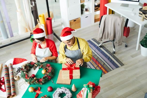 Les Parents Préparent Les Décorations De Noël Et Les Cadeaux D'emballage Photo gratuit
